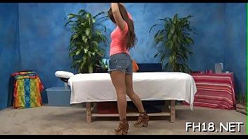 Голая молодуха мастурбирует мохнатую шмоньку секс игрушкой на диванчика